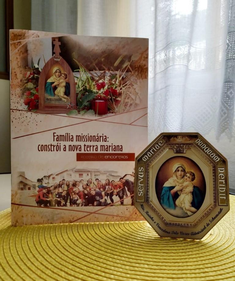 Imagem do livro com os 5 encontros a serem realizados com as famílias e o quadrinho a ser presenteado para as famílias.